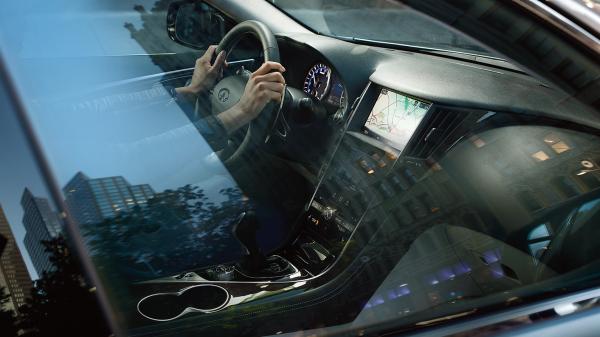 透過車窗拍攝的儀表板(含模特)