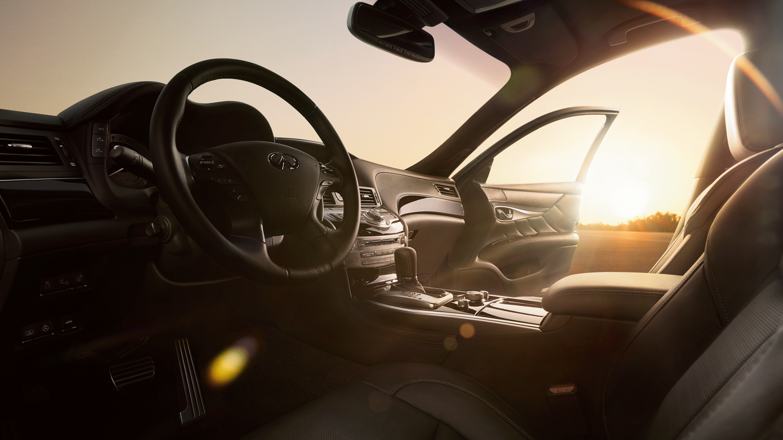 乘客側內飾車門打開視角(日落背景)