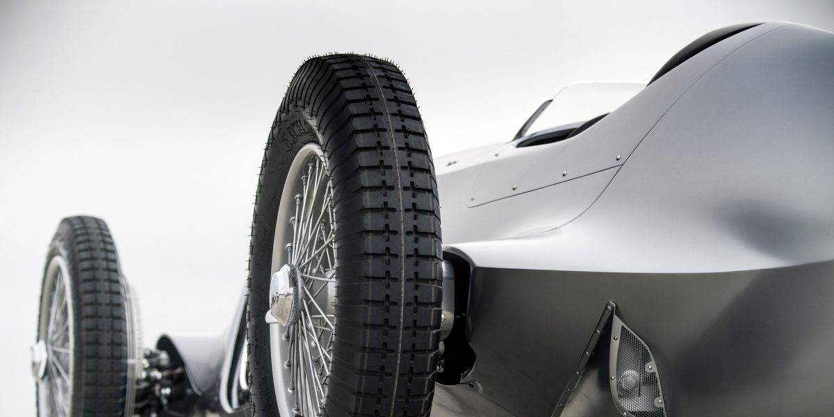 19-Inch Center-Locking Wire-Spoke Wheels With Period Cross-Ply Competition Tires | INFINITI Prototype 9 e-roadster
